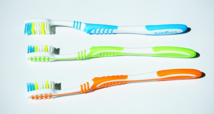 tooth-brushes-1194939_1920