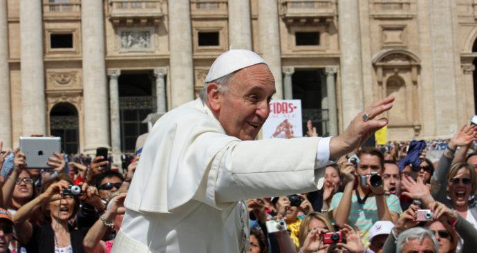 MISSIO-zwaaiende-Paus-volledig