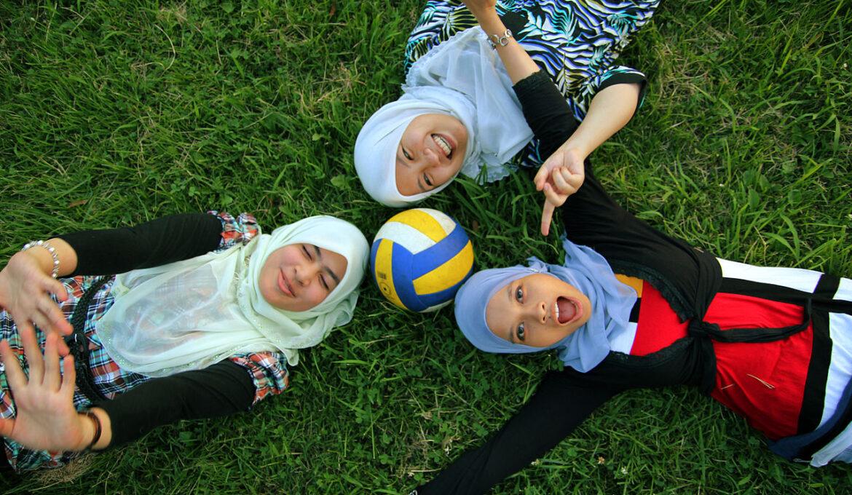 1280px-Three_Muslim_girls_in_tudungs_-_20100718