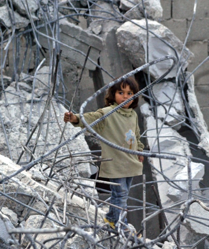 Israeli-soldiers-demolish-Palestinian-house