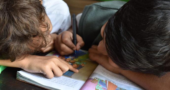 Foto van kinderen die onderwijs volgen