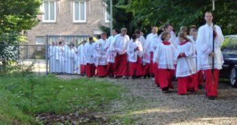 Vijftig_misdienaars_in_2004_bij_50-jarig_bestaan_Sint_Martinuskerk,_Gennep