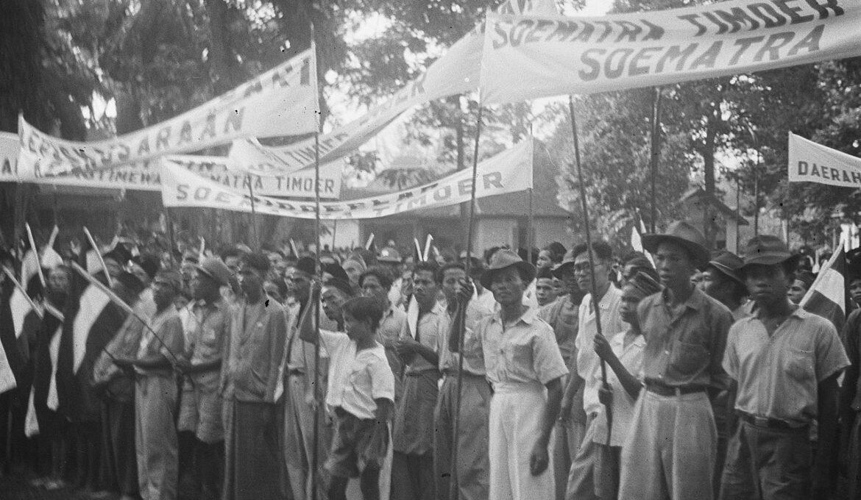 1280px-Medan_duizenden_Oost-Sumatranen_hielden_te_Medan_een_massademonstratie_nadat_he,_Bestanddeelnr_326-6-2